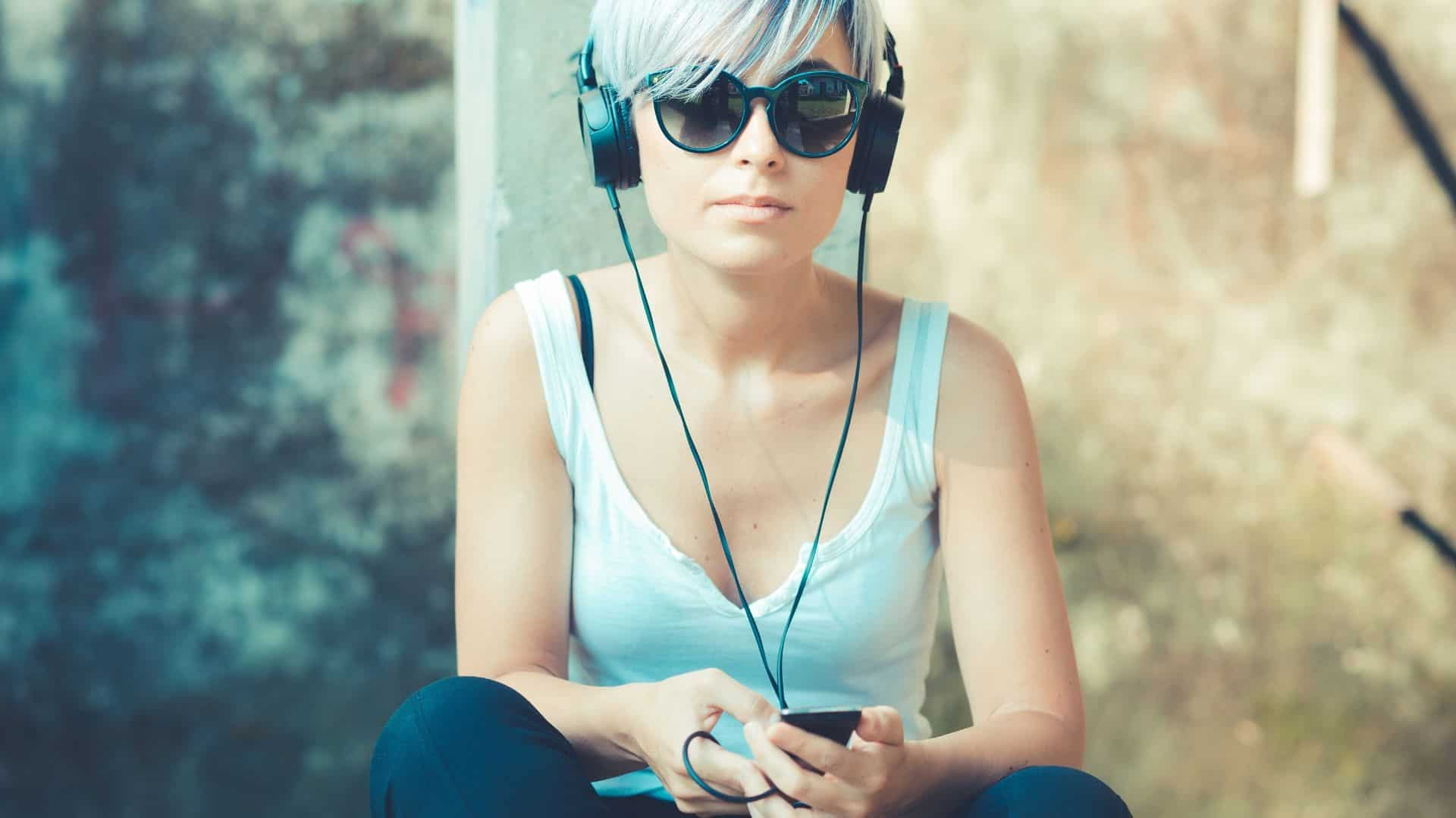 woman with headphones listening to self improvement podcasts