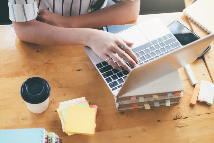 woman on computer-how to use your skills to leave your 9-5 blog post